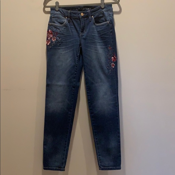 White House Black Market Denim - WHBM embroidered size 0 girlfriend jeans